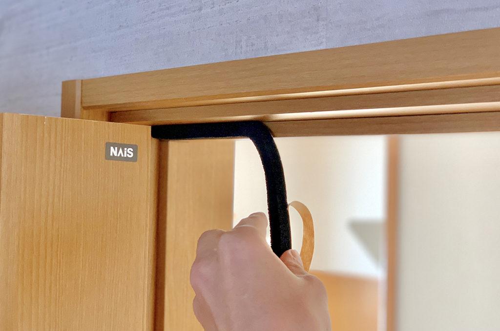 ドアの上部に防音隙間テープを貼る