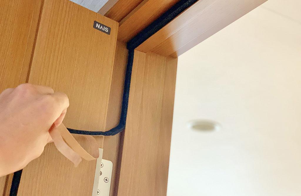 ドアの蝶番側に防音隙間テープを貼る