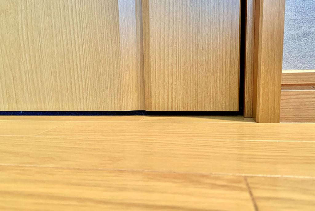 隙間テープでドアの隙間が埋まった