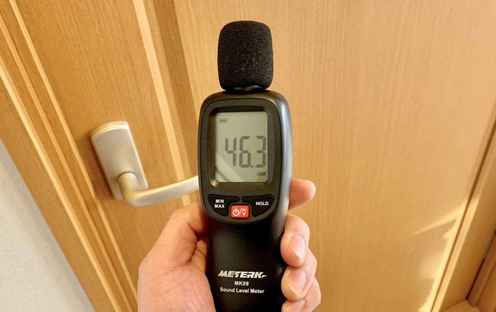 ドアにエプトシーラーを貼って騒音レベルを測定