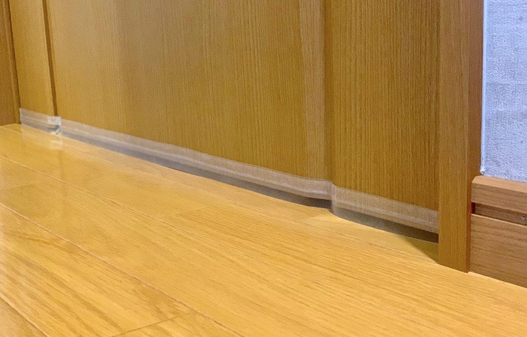 ドア下に隙間テープを貼ってさらに補強した図